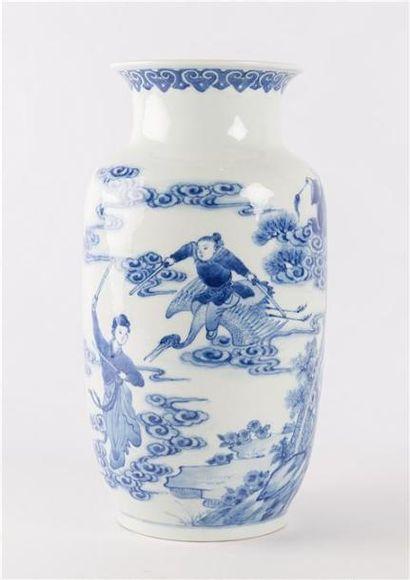 JAPON  Vase en porcelaine blanc/bleu le col...