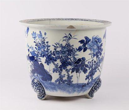 CHINE  Importante vasque en porcelaine blanche...