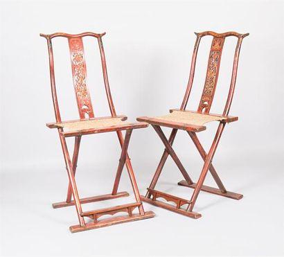 CHINE  Paire de chaises pliante en bois mouluré,...