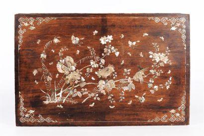 INDOCHINE  Panneau en bois à décor burgauté...