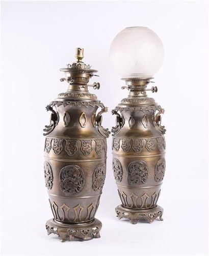 Importante paire de lampes à pétrole en bronze...