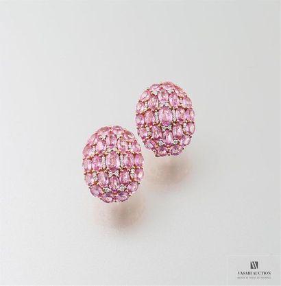 Boucles d'oreilles en or gris, 750/°°, recouvertes de saphirs roses et diamants...