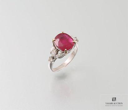 Bague en or gris, 750/°°, ornée d'un rubis ovale pesant 4,75 carats, certifié -...