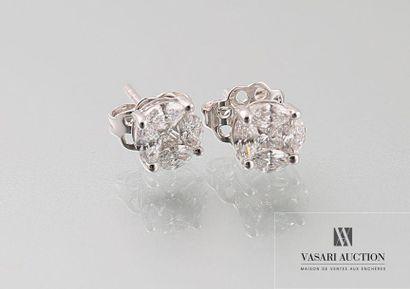 Boutons d'oreilles en or gris, 750 /°° recouverts de diamants en illusion d'un diamant...