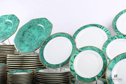 CHRISTIAN DIOR Important service de table en porcelaine, à décor imprimé de malachite...