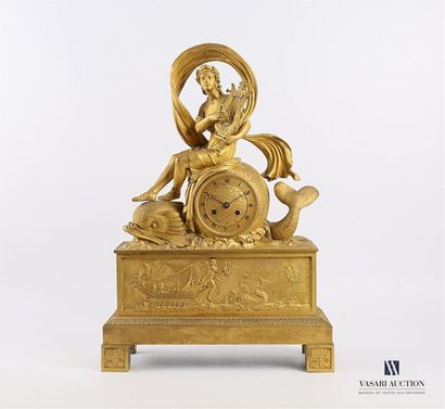 Pendule en bronze doré, le cadran de forme...