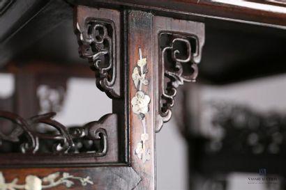 Meuble de présentation en bois de fer, de forme architecturée présentant dans sa...
