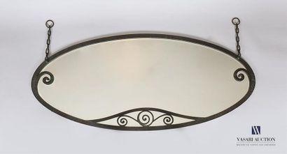 Miroir en fer battu de forme ovale agrémenté...