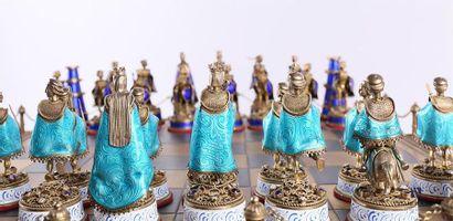 Important jeu d'échecs en argent et vermeil gravé et émaillé. Il repose sur une...