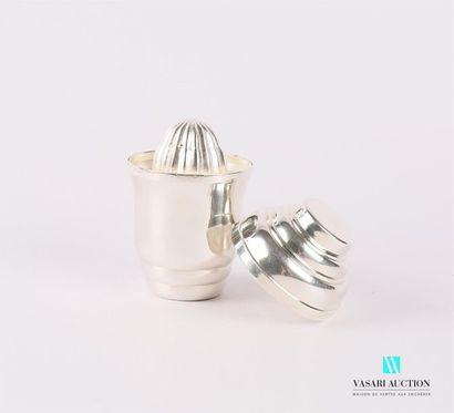 Timbale-presse-agrume en métal argenté posant...