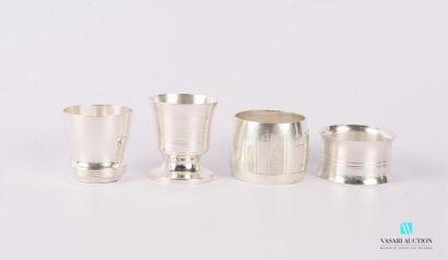 Lot en métal argenté comprenant deux coquetiers,...