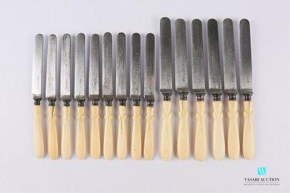 Suite de six couteaux de table et neuf couteaux...