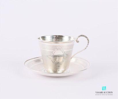 Tasse et sa sous-tasse en argent à décor...