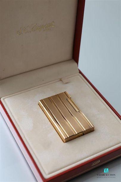 DUPONT Briquet en métal doré à décor de bandes...