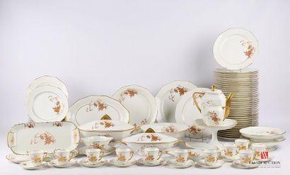 LIMOGES Partie de service de table en porcelaine...