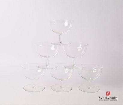 Suite de six coupes à champagne en verre...
