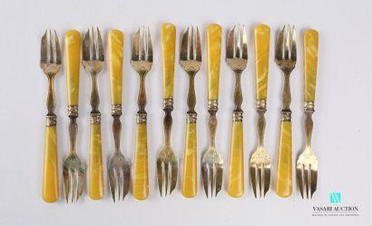 Suite de douze fourchettes à gateau en métal...