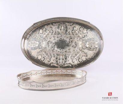 Lot de deux plats en métal argenté de forme...
