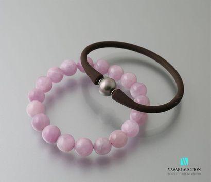Lot de deux bracelets, l'un constitué de...