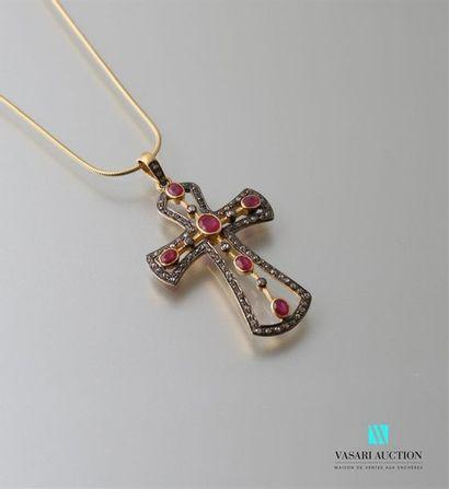 Croix en vermeil ajourée ornée de rubis et...