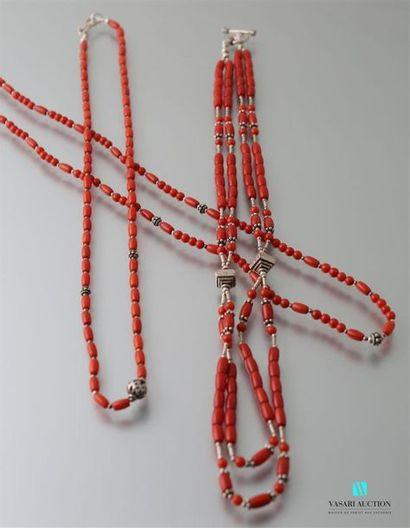 Trois colliers de perles de corail et motifs...