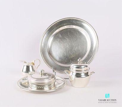 Lot en métal argenté comprenant un beurrier,...