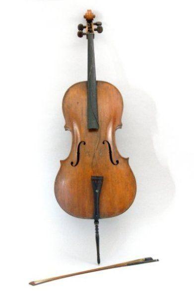 Violoncelle et archet. Violoncelle : 24...