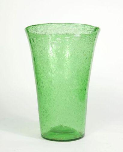 Important vase conique en verre bullé et...