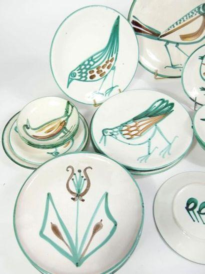 PICAULT, Robert (1919-2000) :  Partie de service de table en faïence à décor d'oiseaux...