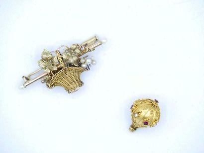 Broche en or 750 millièmes à décor ajouré...