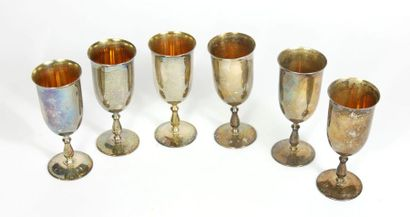 Suite de six flutes à champagne en argent...