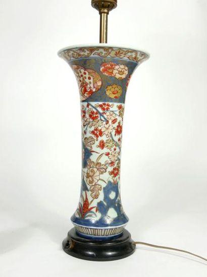 JAPON,  Vase cornet en porcelaine à décor polychrome et or dit Imari.  Période Meiji...