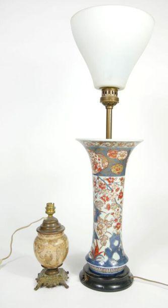 JAPON,  Vase cornet en porcelaine à décor...