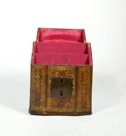 Boite formant classeur à courrier de bureau, gainé de cuir marron doré aux petits...