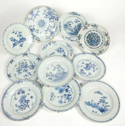 CHINE,  Lot en porcelaine à décor en camaïeu...