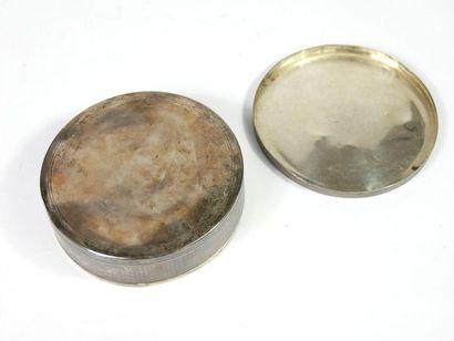 Boite ronde en argent 950 millièmes à décor guilloché.  Poids : 137 gr  Diamètre...