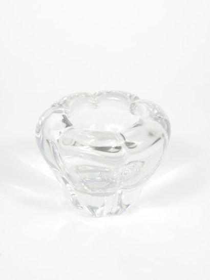 DAUM France,  Paire de porte-bougies de forme chantournée en cristal moulé.  Signés....