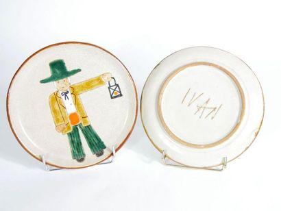 Deux assiettes rondes formant pendant en céramique émaillée à décor polychrome de...