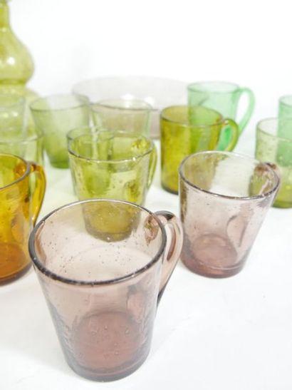 Partie de service de verres polychromes et bullés, accompagnés de deux carafes double...