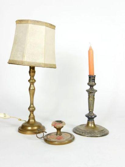 Lot comprenant deux flambeaux en bronze et...