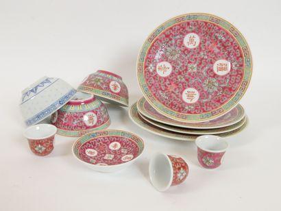 CHINE  Lot de porcelaine à décor émaillé rose comprenant:  4 assiettes  1 soucoupe...