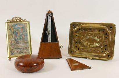 Lot comprenant:  Un métronome MAZEL 1815...