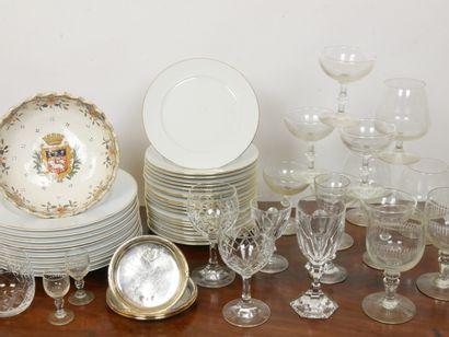 Lot de vaisselles et verreries comprenant:...