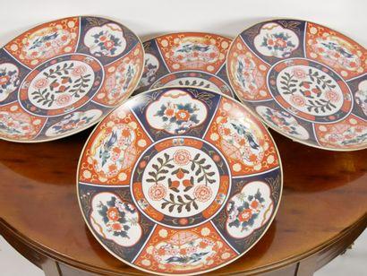 CHINE:  Suite de quatre grands plats ronds...