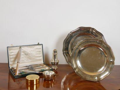 Lot en métal argenté comprenant:  Une suite...