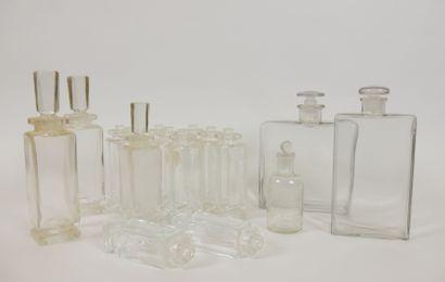 CARON Paris  Lot de 13 flacons en verre (2 de 200 ml 9 de 100 ml 2 de 50 ml).  Hauteur:...