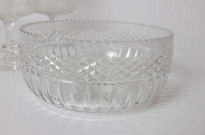 Lot de verrerie comprenant:  11 coupes à champagne en cristal à décor gravé de...
