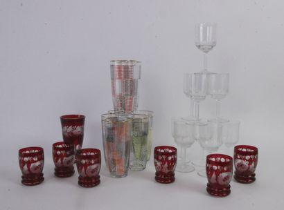 Lot de verrerie comprenant:  7 verres à...