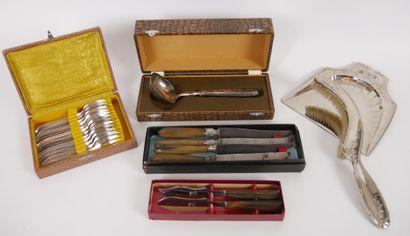 Lot de métal argenté comprenant:  12 fourchettes...