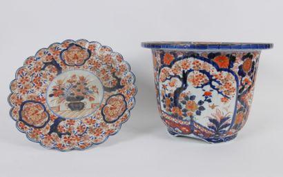 JAPON:  Ensemble en porcelaine a décor Imari...